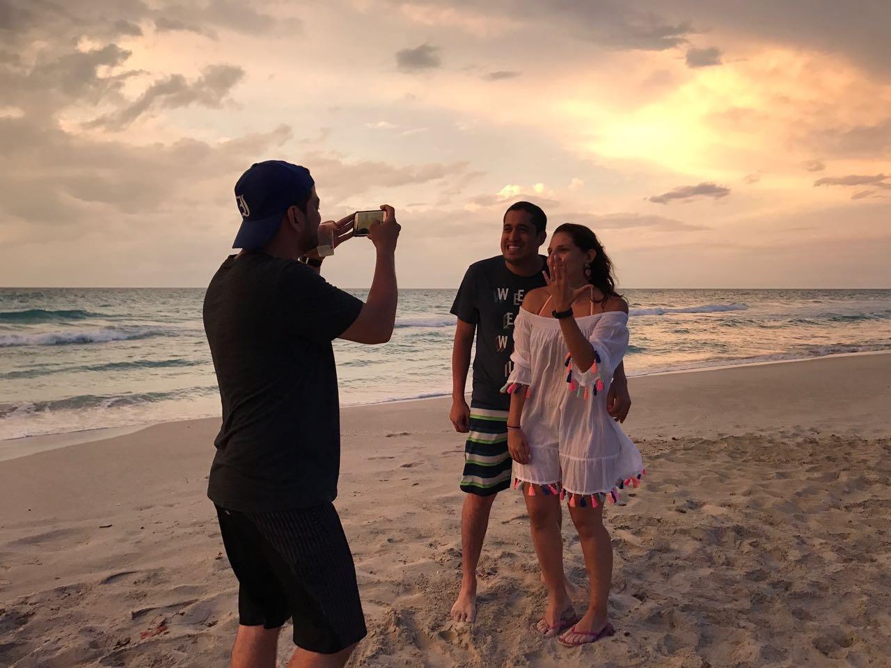 """La foto de la foto :). Ricardo tomando la foto oficial de """"estamos comprometidos"""""""
