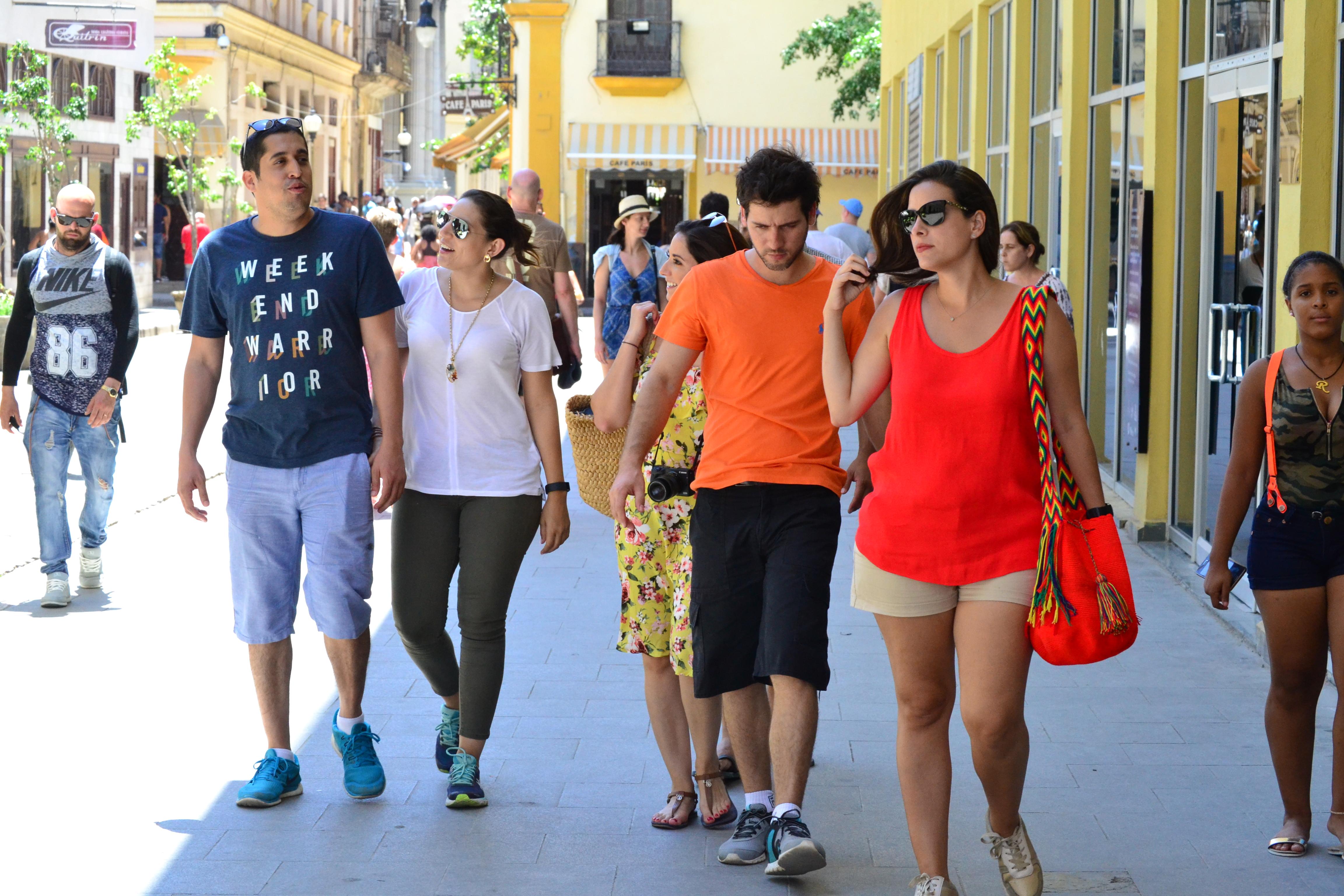Con el súper grupo caminando por la Habana Vieja. Foto por: Ricardo Zambrana.